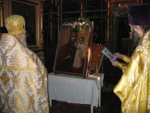 Внутри все, как везде: иконостас, яркие люстры, свечи в подсвечниках, посетители в платках и юбках